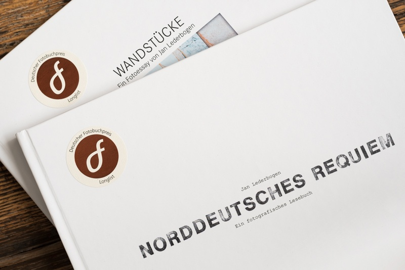 05.11.2020, Hamburg, Deutschland - Emblem und Buchcover Deutscher Fotobuchpreis 2020. Jan Lederbogen, Wandstuecke, Norddeutsches Requiem. (Wandstücke)MODEL RELEASE: NOT APPLICABLE, PROPERTY RELEASE: NO